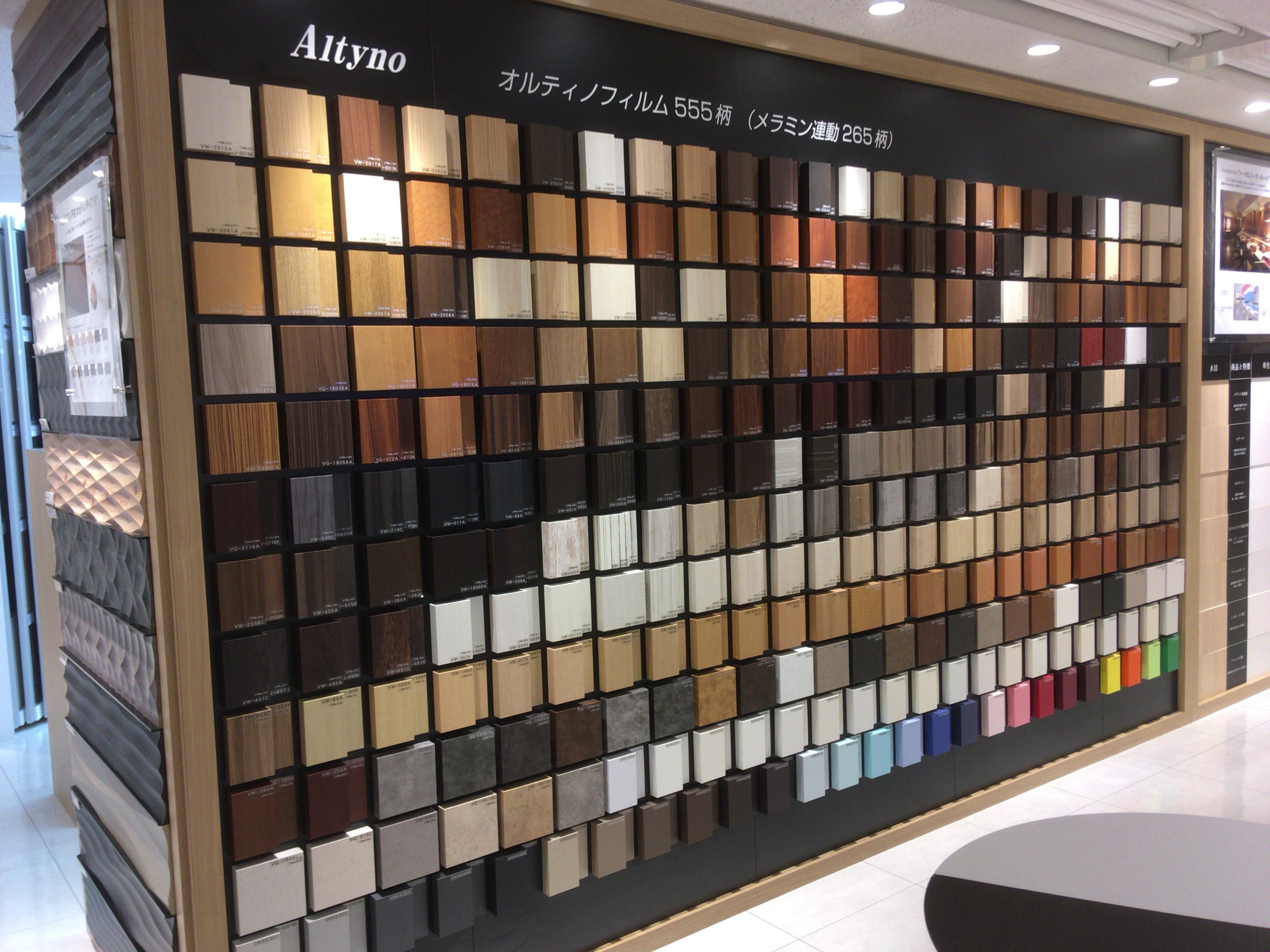 家具の化粧板を選びには新宿アイカショールーム。豊富な化粧板の種類が壁一面に