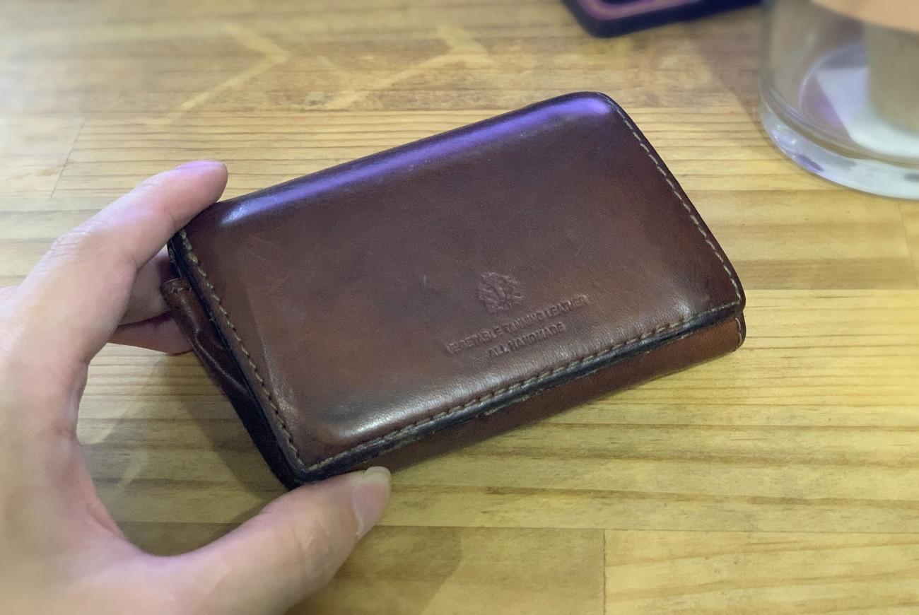 レザーの経年劣化を楽しめる「タケオキクチ ラフォーレ  三つ折財布」使用レビュー