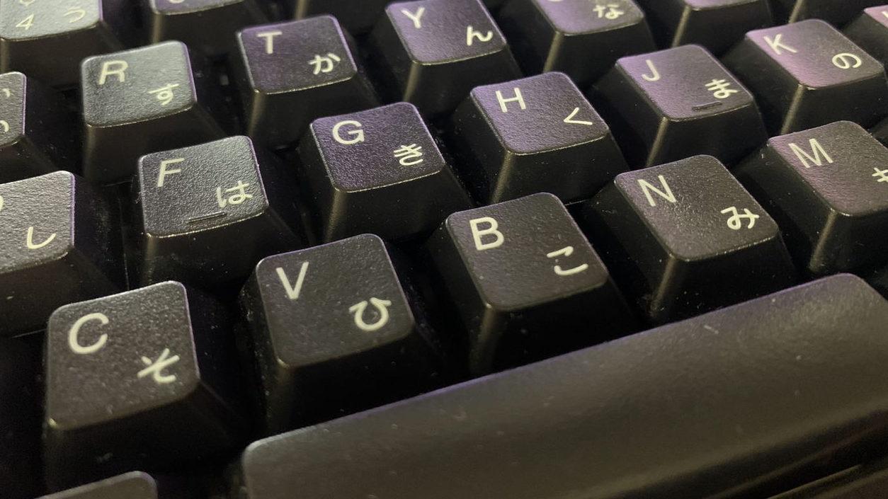 頑固な汚れのキーボードを掃除しよう!キーボードって洗って掃除したら何分かかるのか検証。