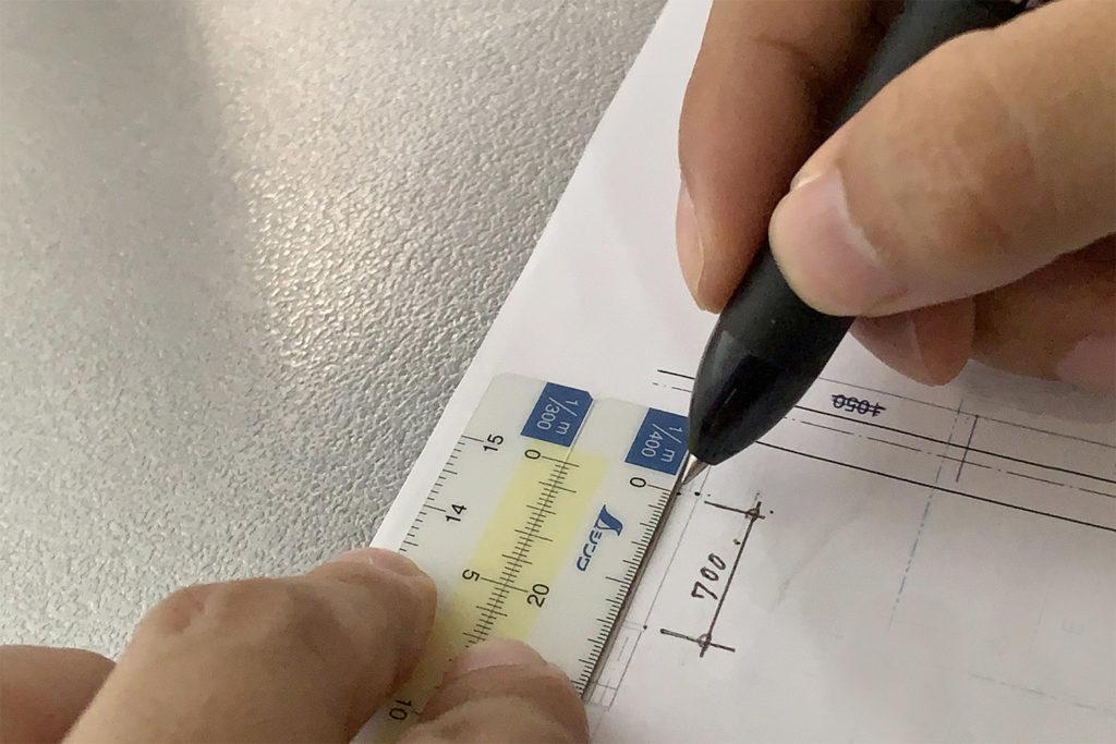 手帳に入れて携帯できるシンワ測定の「折りたたみ縮尺スケール」。サンスケ忘れたときの救世主。