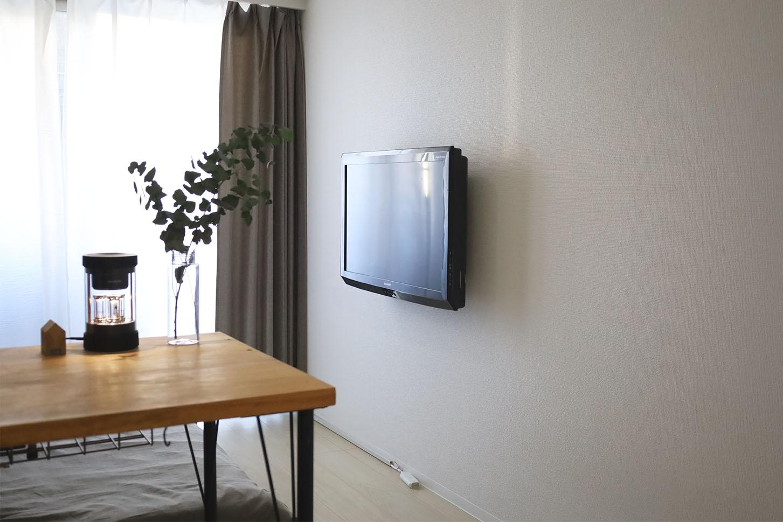 """賃貸でも""""ホチキス""""を使ってテレビを壁掛けにできる「TVセッター壁美人」を取り付けしました"""
