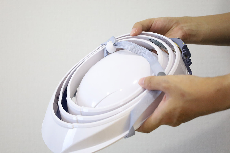 超コンパクト!厚さ4.5cmになる折り畳みヘルメット「オサメット」レビュー