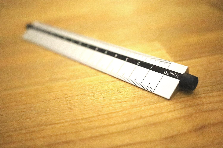 つまみを回して縮尺を変えるシンワ測定の「三角回転スケール」レビュー